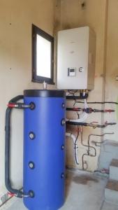 Pompe à chaleur air - eau Toshiba de la gamme Estia avec son ballon tampon