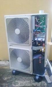 La partie électronique d'un groupe extérieur de pompe à chaleur Air-Eau Toshiba
