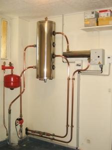 Installation hydraulique avec bouteille de découplage